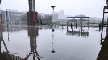 17縣市大雨!台中車站大積水 網笑:威尼斯