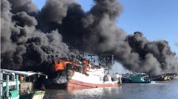 屏東鹽埔漁港火燒船 警消查人命傷亡