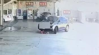 驚悚畫面曝!男童洗車場玩耍 遭休旅車輾過2次