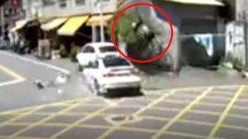 無號誌路口遭撞 女騎士彈飛近1樓高重摔