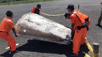 宜蘭沙灘2.4公尺不明金屬物 運安會:有簡體字疑飛彈彈殼