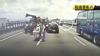 第一視角曝!轎車國道被撞轉1.5圈 4大1小驚聲叫