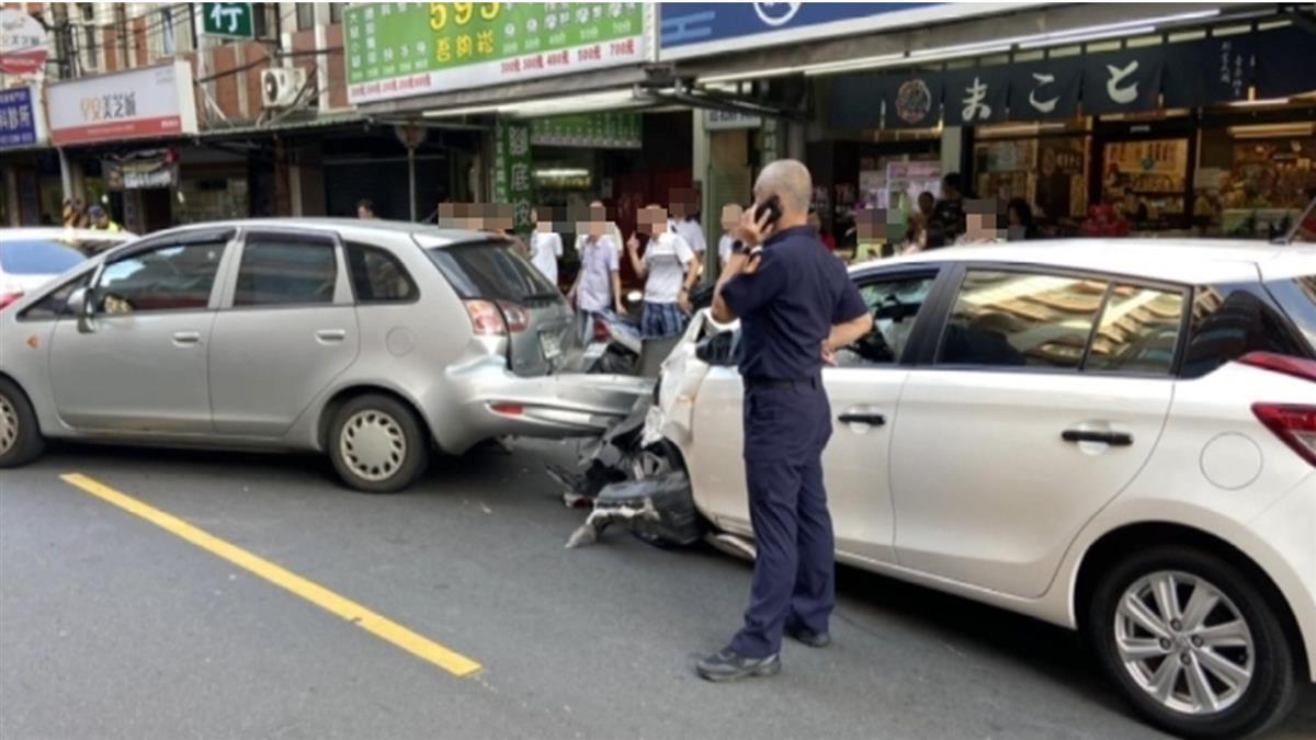 女沒鎖車門遭刀抵喉搶劫 嚇到深踩油門…猛撞2路人