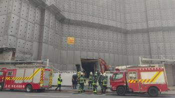 京華城工程意外!樓板坍1工人遭埋 怪手急開挖救援