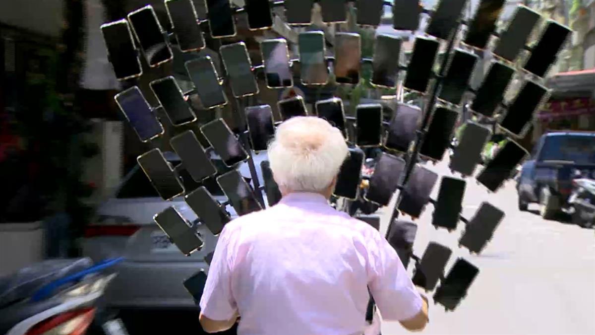 如孔雀開屏!寶可夢阿伯單車架64支手機抓寶 朝72支邁進
