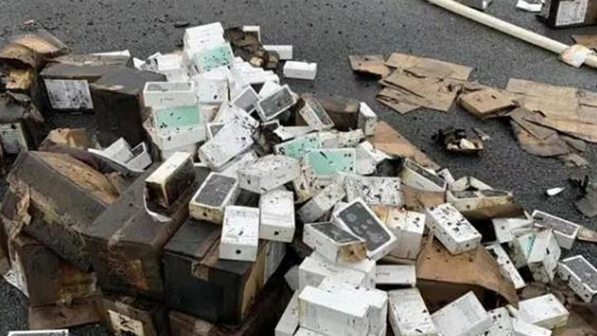 高速公路車禍!貨櫃車翻覆起火 2萬台iPhone全燒毀
