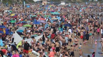 英國版墾丁!50萬人覆蓋沙灘 官方急發重大事件