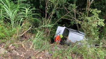 快訊/司馬庫斯休旅車翻邊坡卡樹上 6乘客傷勢不明待救