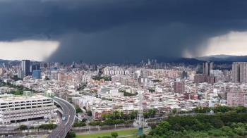 震撼!台北天空驚見「雨瀑」奇景 畫面超壯觀