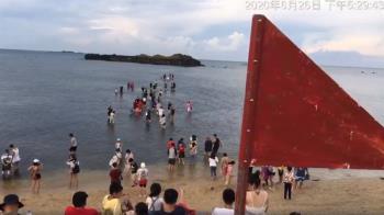 澎湖連假湧2萬人!遊客不聽警告冒死下水 網傻眼:七天後回家?