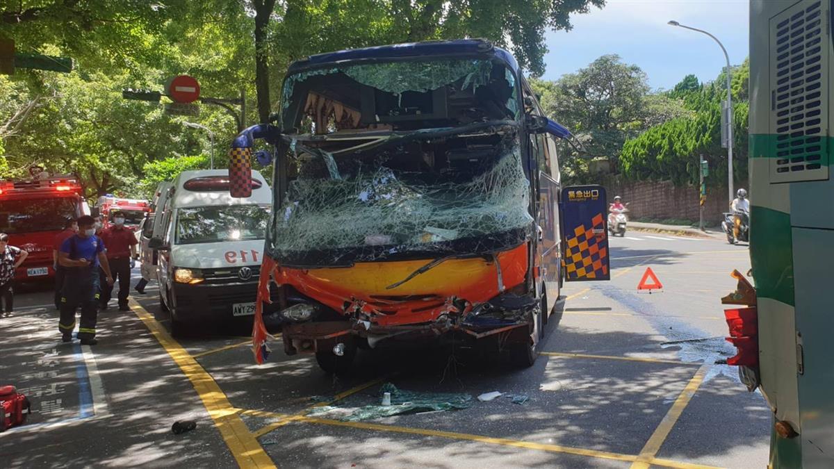 快訊/陽明山爆遊覽車擦撞公車 24人傷1骨折送醫