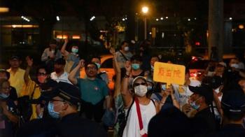 藍委占立院議場抗議 近百名支持者場外集結聲援