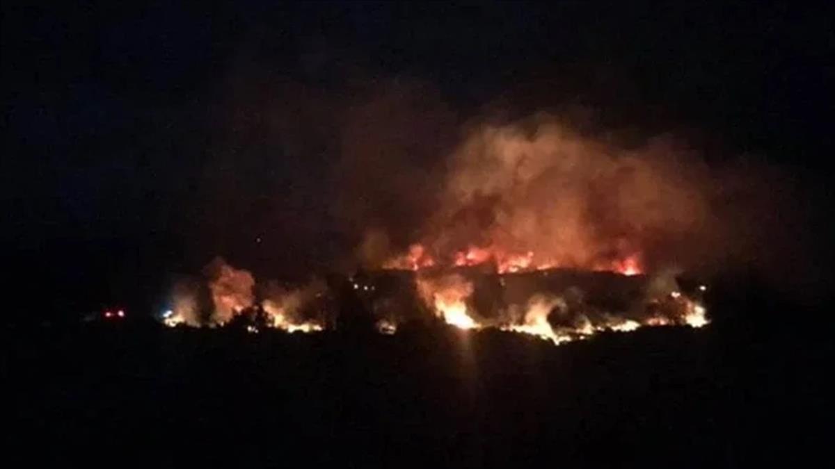 綠島牛頭山驚傳嚴重火警!燒2小時未滅 消防漏夜搶救