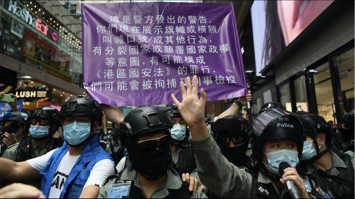 國安法上路首日逮捕370人 議員狠批:港警有殺錯無放過
