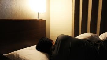 尪新婚夜「聽不到媽聲音」拒關門 妻淚:他們同睡13年