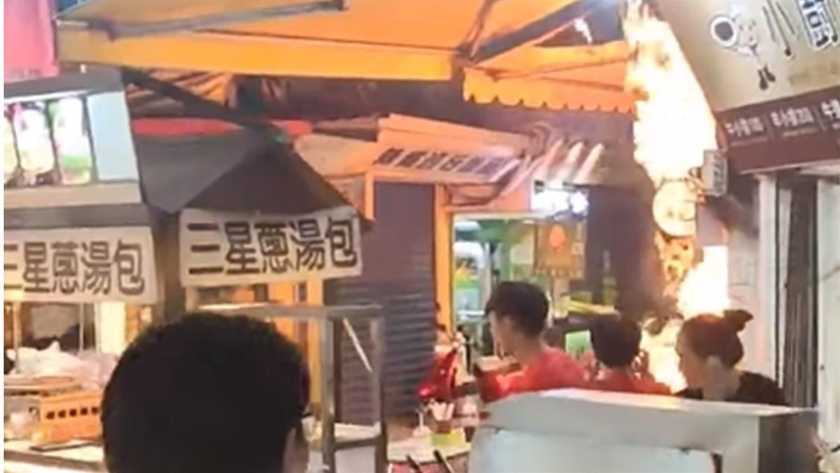 快訊/羅東夜市火警!小吃店突冒火舌 遊客嚇壞尖叫奔逃