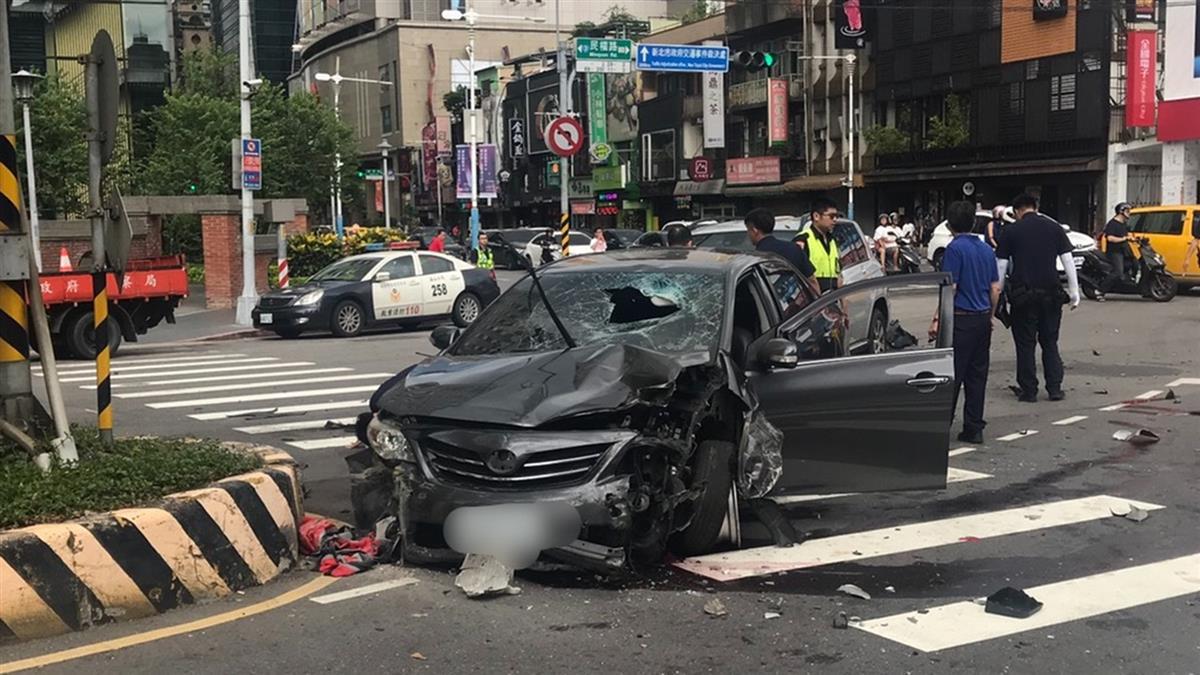 汽車爆衝失控!20歲騎士遭撞飛倒臥血泊...送醫不治