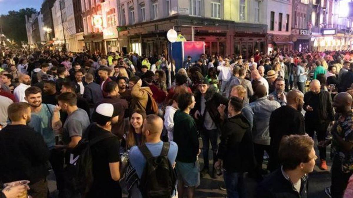 英國解封:周末夜酒吧重開 人潮洶湧