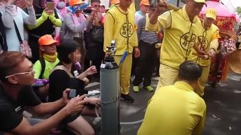 父抱2歲插管女童跪求賜福 白沙屯媽祖停轎舉動惹哭網