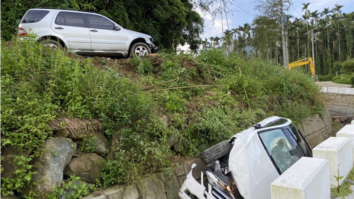 情侶爭吵!男開車衝撞3下 女友賓士車慘遭卡山溝