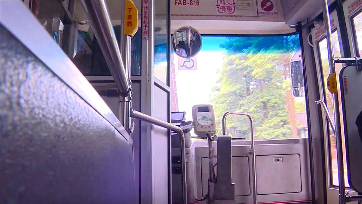 12歲兒上公車門秒關 母背1歲兒苦追30分…司機下場曝