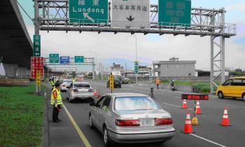 連假國5塞車解方「通行費漲10倍」 網酸:變有錢人高速公路?