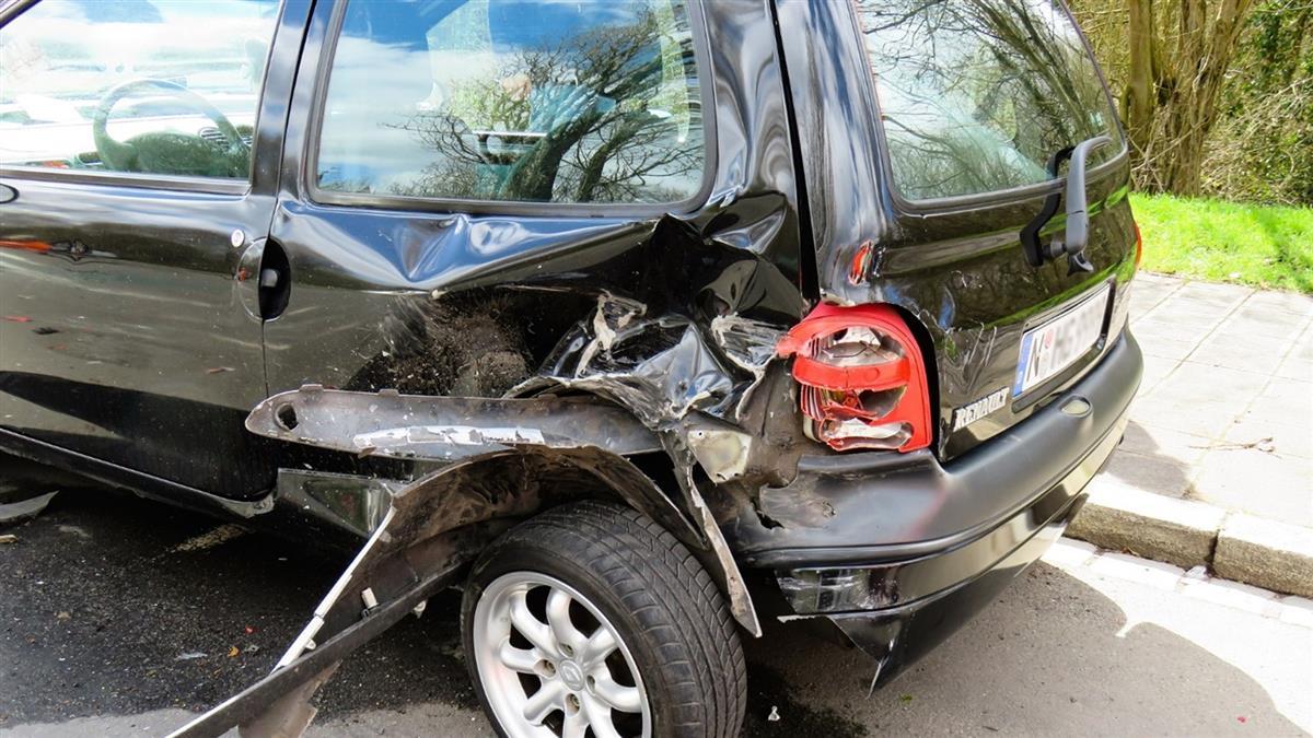 疑行車糾紛3男砸車傷人 警方鎖定對象追緝中