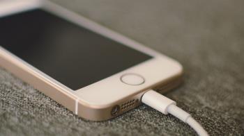 湖中釣出1年前丟的iPhone 用米覆蓋後竟能使用