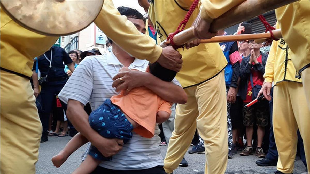 白沙屯媽祖經台中沙鹿 爺帶2歲病孫跪求保佑