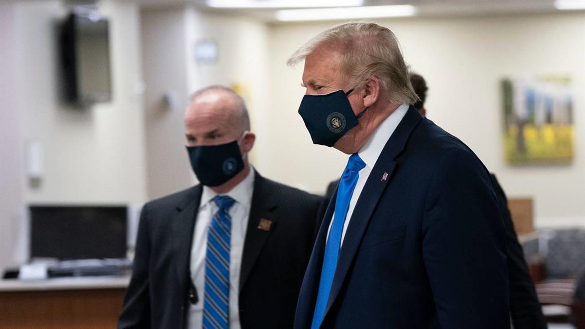 總算低頭 川普首度在公共場合配戴口罩