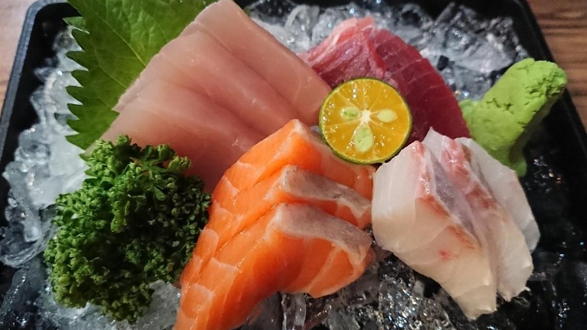 日本妹爽吃生魚片 5天後喉嚨痛炸…夾出3.8cm生物