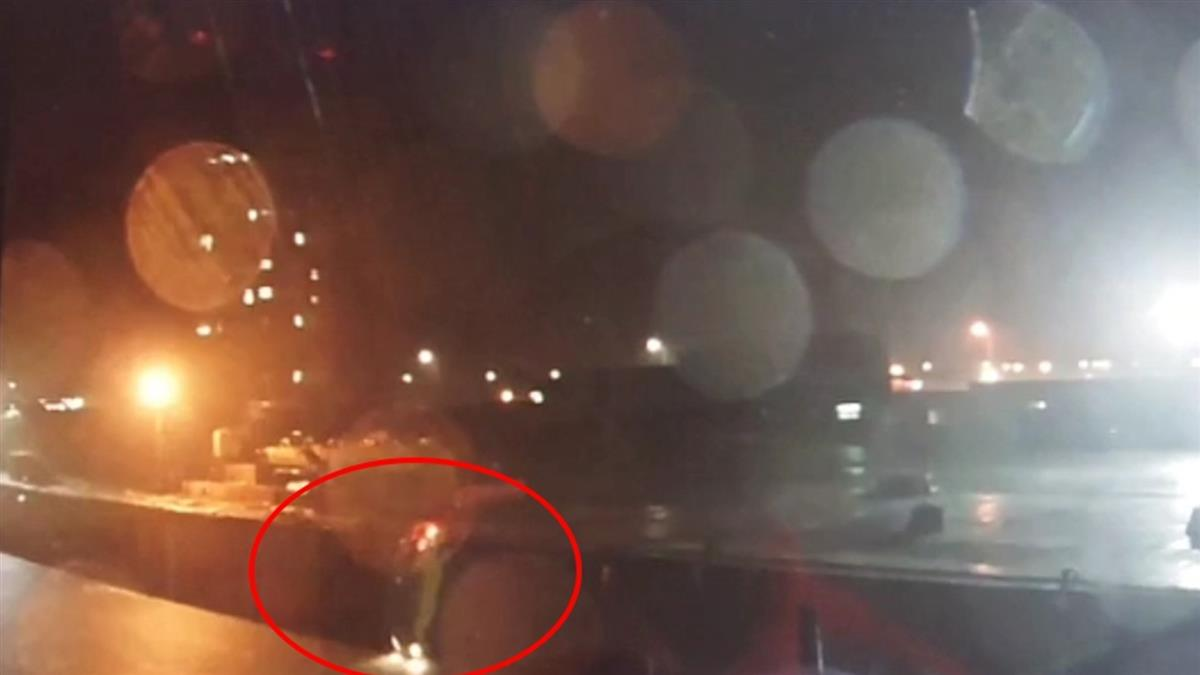 台中計程車深夜墜港 閃燈左彎90度入海釀4死