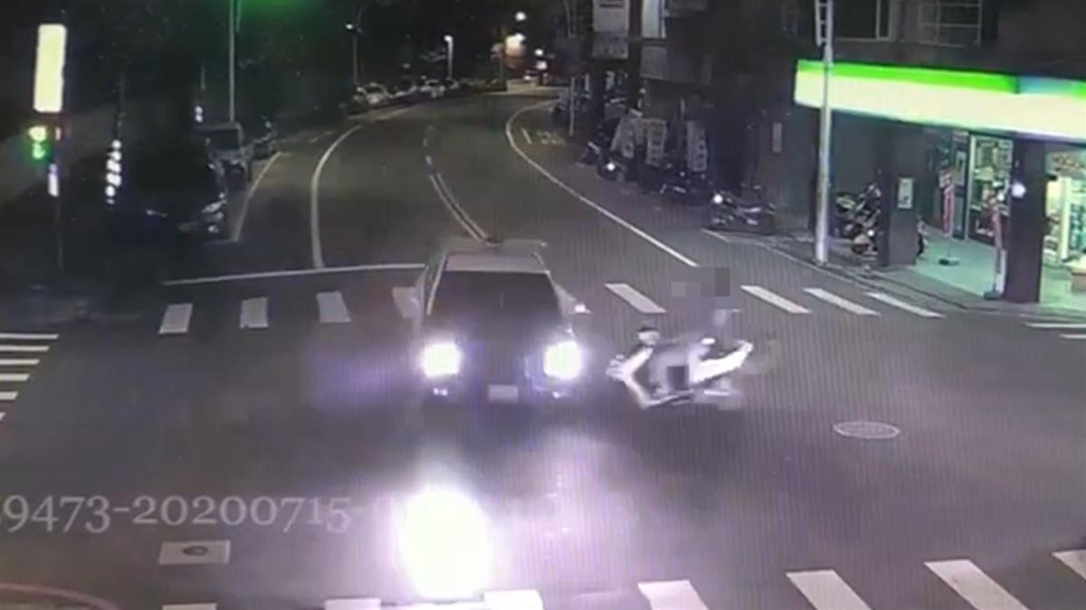 三峽深夜車禍!少年闖紅燈撞警噴飛亡 2警濺血