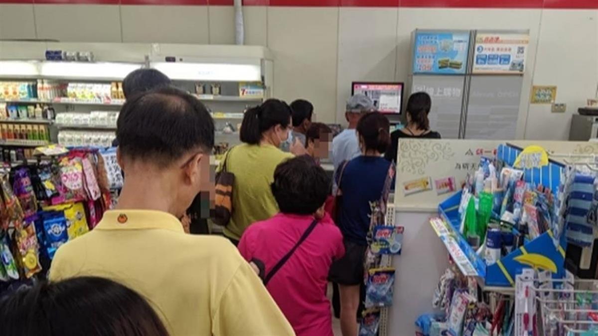 三倍券啟用首日領取多 超商店內排隊人潮不減