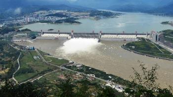 超級洩洪衛星照曝! 三峽大壩閘門大開...下游慘了