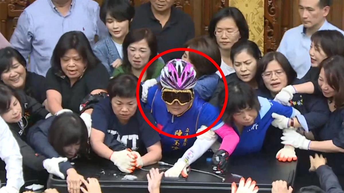 陳玉珍「全副武裝」趴桌死守 下秒慘遭抬出主席台!