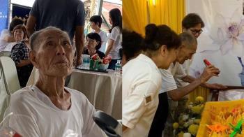 94歲翁痛失愛妻 自備手電筒只為看清遺容...上萬人都哭了