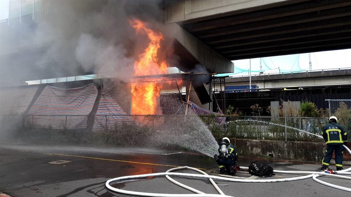 北市高架橋下貨櫃起火  無人傷原因待查
