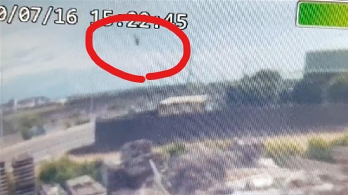 墜落瞬間畫面曝! 直升機垂直高速落地…爆炸濃煙四起