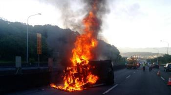國道飛來報紙擋視線!駕駛伸手撥釀翻車起火