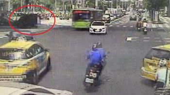 情侶過馬路遭貨車撞上!35歲女頭部著地命危