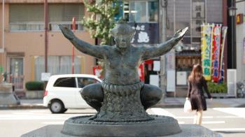 疫情雖升高 日本相撲比賽在觀眾面前登場
