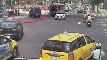 牽手過馬路…女友遭貨車撞飛亡!他怒吼:你幹什麼