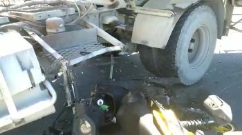 未注意砂石車迴轉!20歲男直接撞上 捲車底濺血送醫