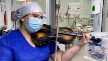 肺炎疫情:用音樂為病人打氣的護士