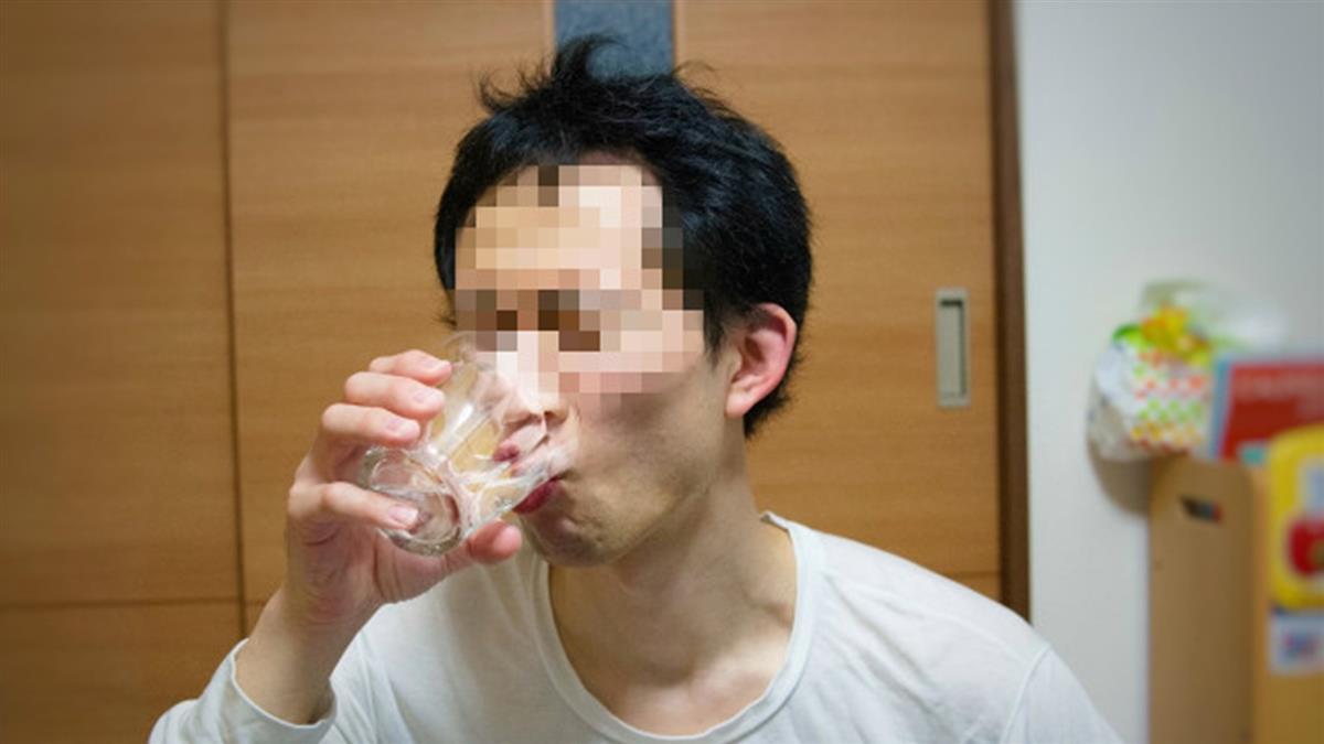 30秒只能喝2口水!男半年爆瘦30公斤 醫曝恐怖結果