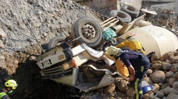 台中工地混凝土車翻覆  駕駛受困救援中