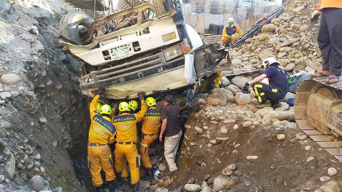台中工地混凝土車翻覆  駕駛傷重宣告不治