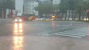 雨彈來襲!13縣市發布大雨特報 小心雷擊強陣風