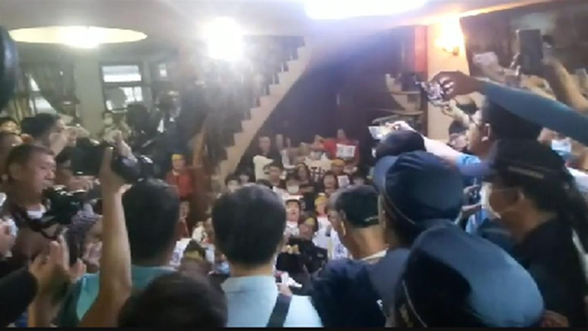 南鐵地下化!民聚陳家頭綁布條聲援 警民現場對峙